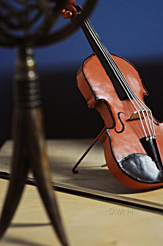 Orange Vintage Violin 1:2